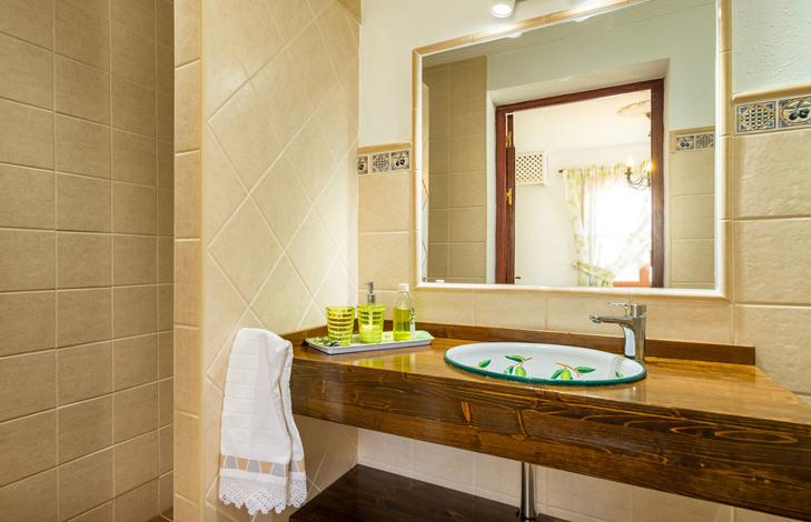 Oliivi kylpyhuone -Finca el Cortijillo