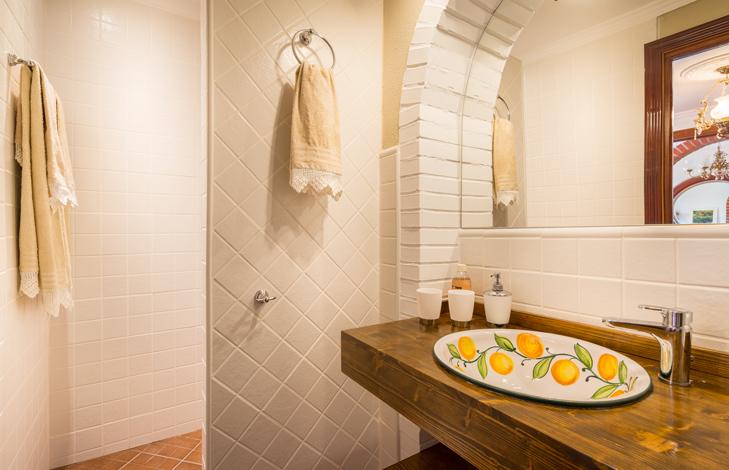 Orange bathroom -Finca el Cortijillo